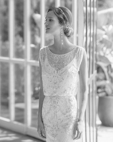 Vestido de novia y viso de corte recto de pedrería y gasa de seda con manga corta y espalda de pedrería. Vestido ablusado. Disponible en color natural/plata y natural. Colección  2022.