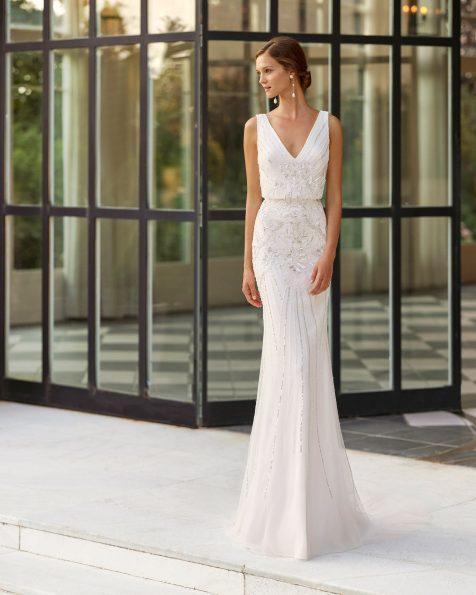 Vestido de novia corte recto de pedrería con escote y espalda en V, vestido ablusado. Disponible en color natural/plata y natural. Colección  2022.