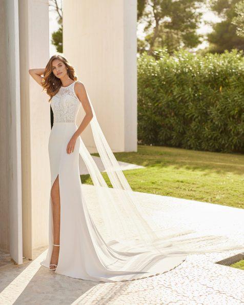 Vestido sexy de noiva de corte reto; Com decote halter e costas decotadas. Com quedas compridas de tule. Modelo Rosa Clará Soft de noiva, feito com crepe elástico, renda e forro modelador. Coleção ROSA CLARA SOFT 2022.