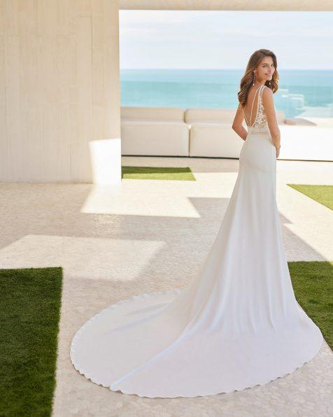 Vestido de noiva de estilo simples de corte evasé; Com decote em bico e costas decotadas com alças com peças brilhantes. Modelo de noiva Rosa Clará Soft, feito com crepe elástico, renda, peças brilhantes e forro modelador. Coleção ROSA CLARA SOFT 2022.