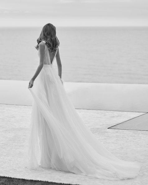 Vestido de noiva estilo ibicenco de corte reto; Com decote e costas em V. Partes laterais do vestido em espartilho. Modelo Rosa Clará Soft de noiva feito com tule plumeti, renda e peças brilhantes. Coleção ROSA CLARA SOFT 2022.
