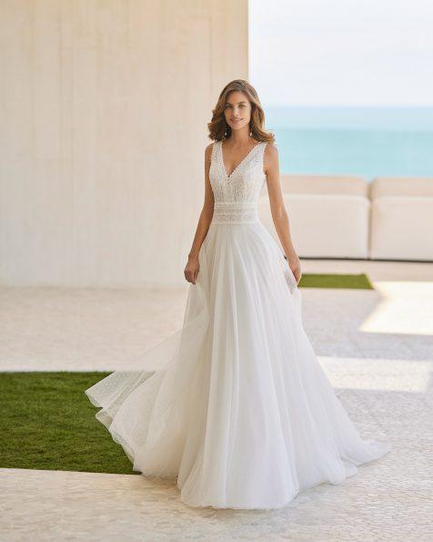Vestido de noiva de estilo boho chic de corte evasé; Com decote em V e costas decotadas.  Modelo Rosa Clará Soft de noiva feito com tule plumeti, renda e peças brilhantes. Coleção ROSA CLARA SOFT 2022.
