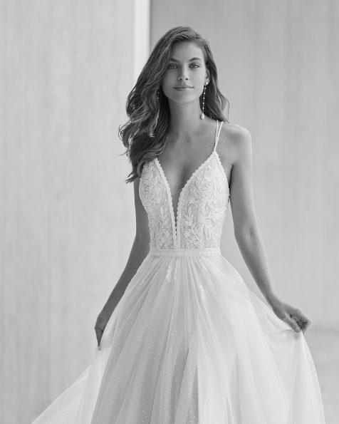 Vestido de noiva estilo princesa de corte evasé; Com decote em V e costas decotadas com alças cruzadas.  Modelo Rosa Clará Soft de noiva feito com tule plumeti, renda e peças brilhantes. Coleção ROSA CLARA SOFT 2022.