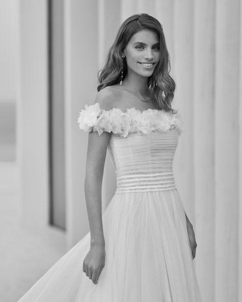 Vestido de noiva estilo princesa de corte evasé; Com decote e costas envolventes. Com abertura lateral na parte da frente do vestido.  Modelo Rosa Clará Soft de noiva feito com tule. Coleção ROSA CLARA SOFT 2022.