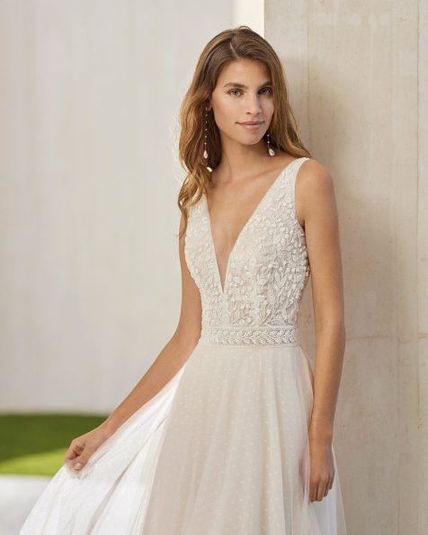 Vestido de noiva de estilo simples de corte evasé; Com decote e costas em V.  Modelo Rosa Clará Soft de noiva feito com tule plumeti e renda. Coleção ROSA CLARA SOFT 2022.