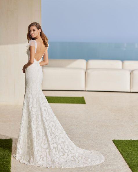 Vestido de noiva sexy de corte sereia; Com decote em V e costas decotadas. Com laços de tule plumeti. Modelo Rosa Clará Soft de noiva feito com renda e peças brilhantes. Coleção ROSA CLARA SOFT 2022.
