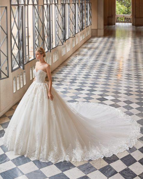 Abito da sposa stile principessa di pizzo e strass. Scollo a cuore sul davanti e corsetto sulla schiena. Collezione MARTHA BLANC 2022.