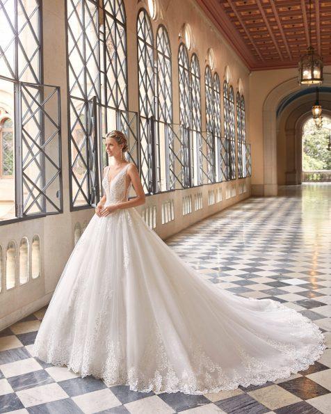 Abito da sposa stile principessa di pizzo e strass. Scollo a V sul davanti e corsetto sulla schiena. Collezione MARTHA BLANC 2022.