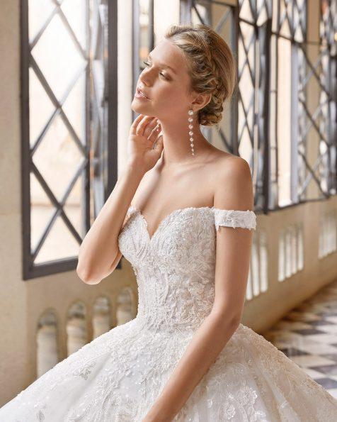 Abito da sposa stile principessa di pizzo e strass. Scollo omerale e corsetto sulla schiena. Collezione MARTHA BLANC 2022.