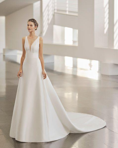 Vestido de novia estilo clasico con corte recto y cola extraible; con escote deep-plunge y espalda escotada. Modelo de Rosa Clara de siena. Colección ROSA CLARA 2022.