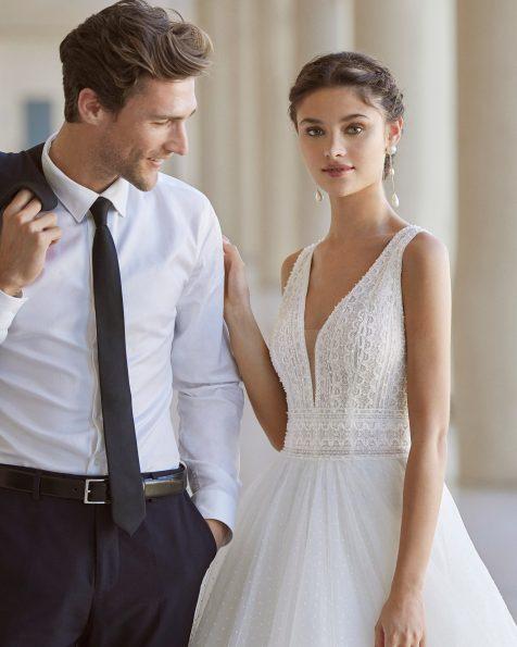 Vestido de novia de estilo princesa; con escote deep plunge y espalda escotada. Modelo de Rosa Clará de novia hecho en tul flocado, encaje y pedrería. Colección ROSA CLARA 2022.
