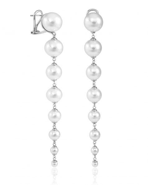 Boucles d'oreilles longues de 10 cm avec fermeture omega en argent rhodié, 4/12mm perles rondes blanches. Collection ROSA CLARA COUTURE 2022.