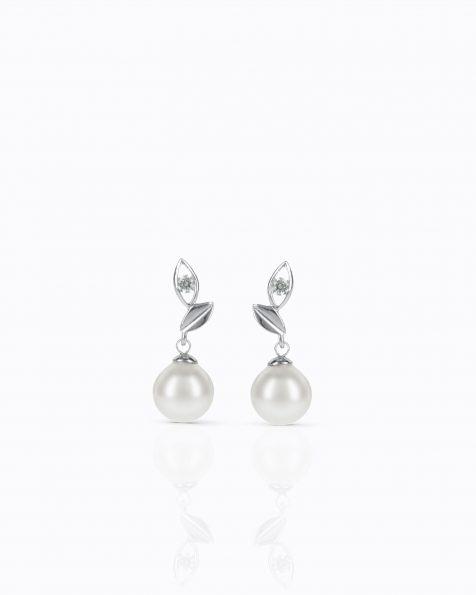 Boucles d'oreilles courtes avec pique en argent rhodié, 8mm perles rondes blanches et zirconites. Collection ROSA CLARA COUTURE 2022.