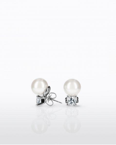 Boucles d'oreilles courtes avec pique en argent rhodié, 10mm perles rondes blanches et zirconites. Collection ROSA CLARA COUTURE 2022.