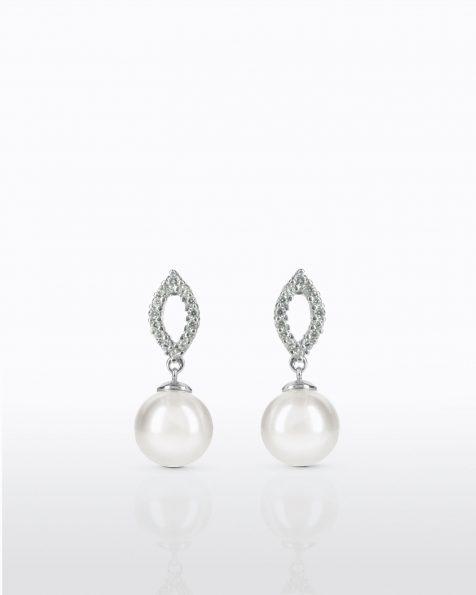 Boucles d'oreilles courtes avec pique en argent rhodié, 11mm perles rondes blanches et zirconites. Collection ROSA CLARA COUTURE 2022.
