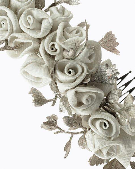Tocat de roses. Amb detall de petites fulles metàl·liques. Amb pinta doble. Col·lecció ROSA CLARA COUTURE 2022.